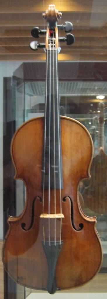 図1 ストラディバリウスのバイオリン(Wikipediaより)