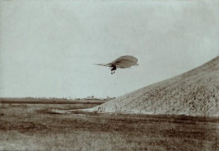 図10 オットー・リリエンタールとグライダー