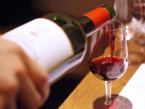 図8 グラスに注がれる赤ワイン
