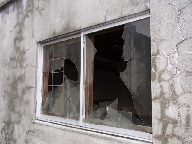 図4 割れた窓を放置すると…