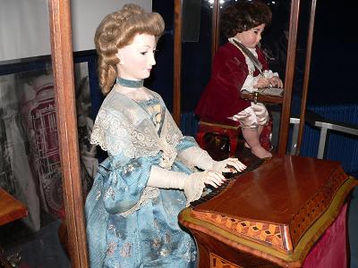 オルガンを演奏するオートマトン(Wikipediaより)
