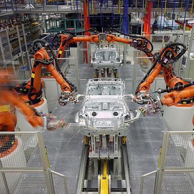 自動車製造ラインに配備されたKUKA製産業用ロボット (Wikipediaより)
